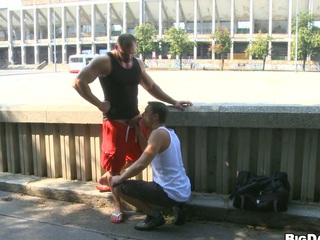 Hawt bodybuilder allows his friend to make oral-job on the street