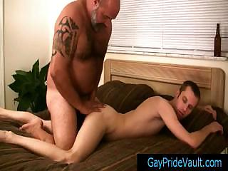 Gay stud getting his rectal hole fingered by bear By Gaypridevault
